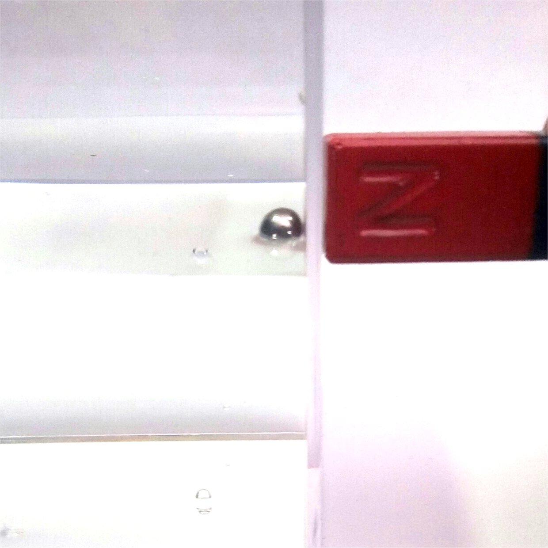eine stahlkugel mit einem magnet aus dem wasser heben. Black Bedroom Furniture Sets. Home Design Ideas